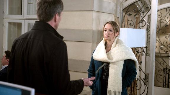 Sara (Antonia Jungwirth, r.) nimmt gelassen hin, dass der enttäuschte Andreas (Herbert Schäfer, l.) sich nicht weiter um Kontakt zu ihr bemühen wird.