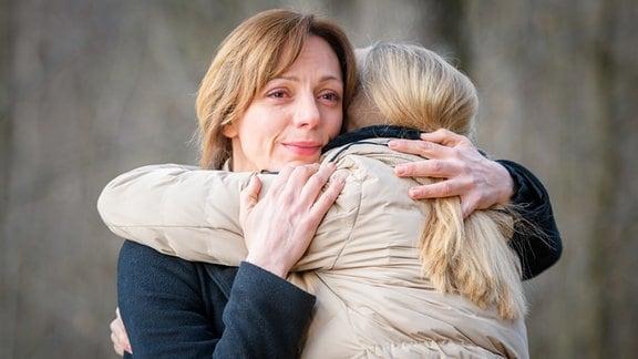 Ariane (Viola Wedekind, l.) und Selina (Katja Rosin, r.) nehmen Abschied voneinander.