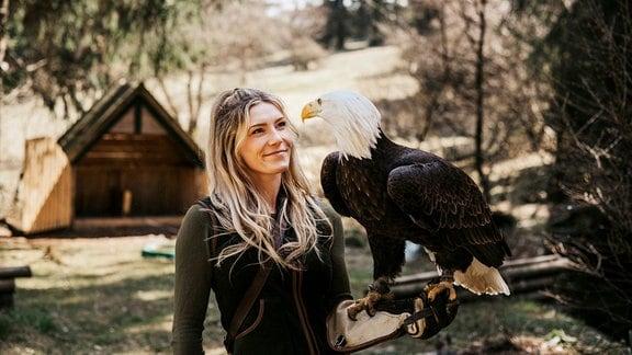 Lisa Schubach mit Weißkopfseeadler Maggie