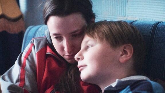 Zu ihrem Neffen Mikołaj (Mikołaj Trzybiński) hat Ela (Karolina Romuk-Wodoracka) eine besonders innige Beziehung.
