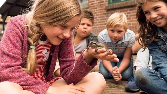 Sita (Yenthe Bos, vorn) hat herausgefunden, dass ihr Lehrer Frans sich in einen Frosch verwandeln kann. Da staunen auch ihre Mitschüler.