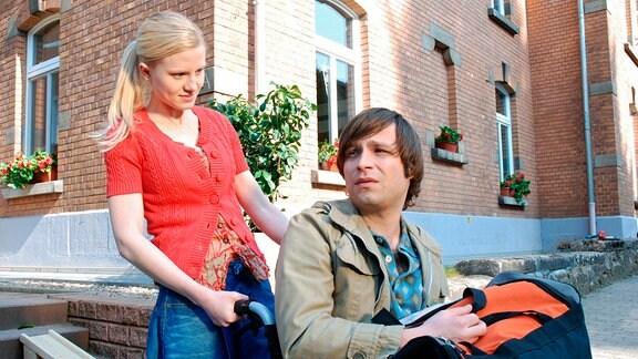 Dirk Werner ( Tim Sander, r.) sitzt nach einem Schlaganfall im Rollstuhl - seine Freundin Maja (Clara Gerst, l.) ist mit der Pflege völlig überfordert.