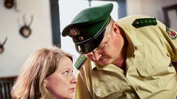 """Kommissarin Johanna Herz (Imogen Kogge, li.) löst ihren ersten Fall in Brandenburg. Unterstützt wird sie von Revierpolizist Krause (Horst Krause). Er übernimmt auch im Polizeiruf 110 """"Braut in Schwarz"""" wieder den komischen Part."""