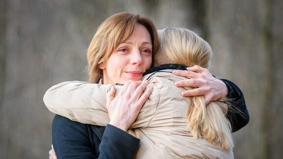 Ariane (Viola Wedekind, l.) und Selina (Katja Rosin, r.) nehmen Abschied voneinander