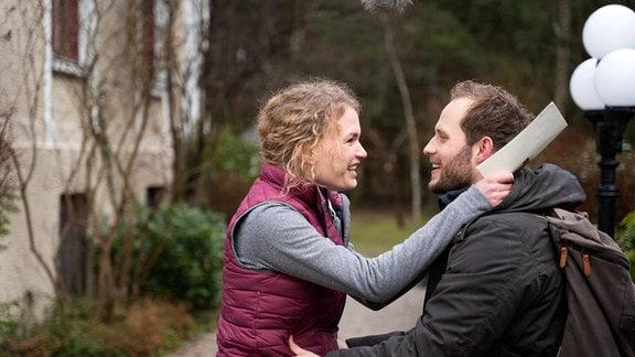 Florian (Arne Löber, r.) schafft es nicht, Maja (Christina Arends, l.) zu gestehen, dass er Erik einen Aufschub gewährt hat.