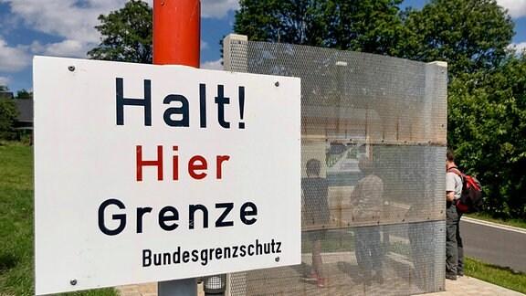 Die innerdeutsche Grenze war über Jahrzehnte ständiger Begleiter der Glasmacher dies- und jenseits des Rennsteigs. Im fränkischen Kleintettau verlief sie nur 500 Meter vom Glaswerk entfernt.