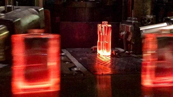 Auf der Glasmaschine entstehen aus flüssigem Glas die Flakons.
