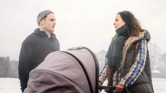 Max (Stefan Hartmann, l.) träumt, dass er seine Zukunft mit Vanessa (Jeannine Gaspár, r.) weggeworfen hat.
