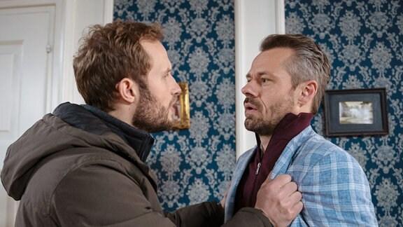 Erik (Sven Waasner, r.) erfährt von Florian (Arne Löber, l.), dass noch jemand im Besitz seines Geständnisses ist.