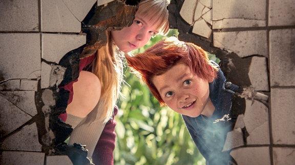 Die Experimente des genialen, wenn auch ziemlich verrückten Erfinders locken die Kinder Lise (Emily Glaister) und den winzigen Rotschopf Bulle (Eilif Hellum Noraker, re.) an.