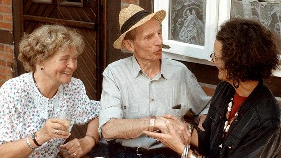 Herzbube für Peggy am Sonntag (11.02.01) um 18.00 Uhr. Lilo Bante (Rotraud Mundschenk, rechts) ist bei Oma (Ursula Hinrichs, links) und Opa (Heinz Lieven) zu Besuch. Sie kann die Zukunft aus dem Kaffeesatz lesen.