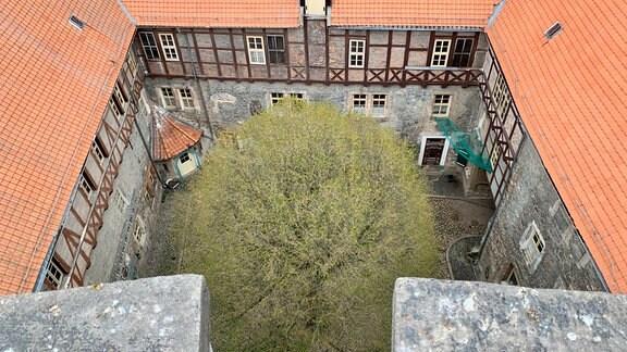 934 erstmals erwähnt ist die Burg heute Privateigentum einer Familie und nicht mehr öffentlich zugänglich. Ihr Turm ist so hoch wie der Brunnen tief: 24 Meter.