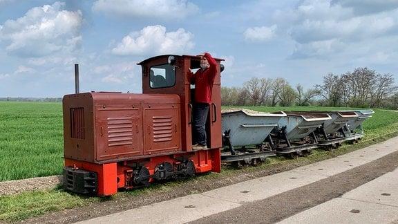 """Die Feldbahn heißt auch """"Strube-Bahn"""", 1915 zum Transport von Saat und Ernte ins Leben gerufen. Heute fährt der Feldbahn-Verein Touristen zu besonderen Anlässen und pflegt viel historisches, rollendes Material."""