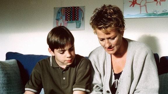Anna Jurag (Suzanne von Borsoday, re.) übt mit ihrem Sohn Max (Marco Bretscher Coschignano) lesen.