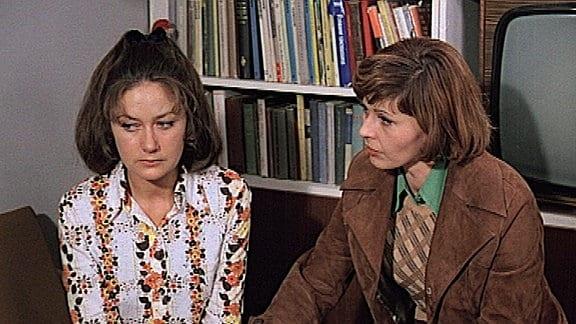 Leutnant Vera Arndt (Sigrid Reusse Göhler re.) spricht mit Jenny Gerlach (Wieslawa Niemyska)