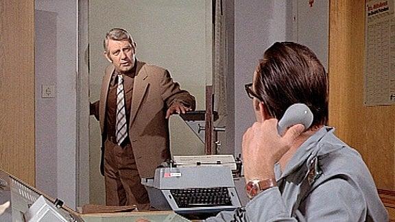 Oberleutnant Peter Fuchs (Peter Borgelt) fragt in der Leitstelle nach neuen Informationen.