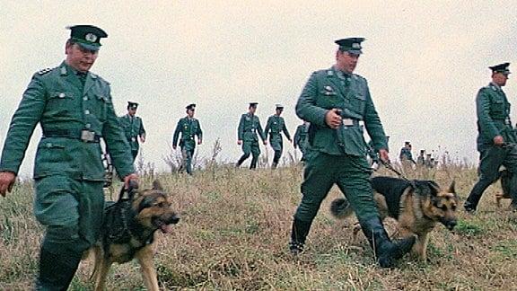 Volkspolizei Suchmannschaft mit Hunden in Suchkette.