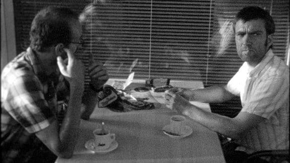 Milan (Milan Josifov, li.) und Micha (Michael Sommermeyer) bei Kaffee und Zigaretten.