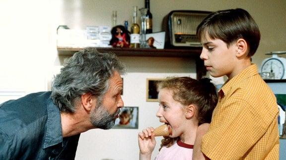 Der Schriftsteller Tom Dellwig (Peter Sattmann, li.) kümmert sich um Bibi (Pamela Marquardt, Mitte) und Max (Marco Bretscher Coschignano).