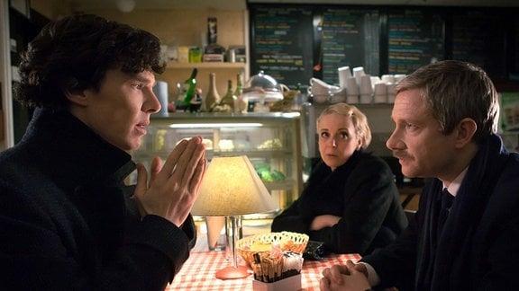 John Watson (Martin Freeman, re.) will eigentlich seiner Geliebten Mary (Amanda Abbington) einen Heiratsantrag machen, als plötzlich der tot geglaubte Sherlock (Benedict Cumberbatch) auftaucht.
