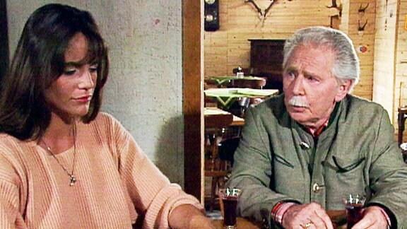 Hanna (Katja Bienert) fragt sich, ob Großvaters (Fred Delmare) Geschichten den jungen Mann vertrieben haben.