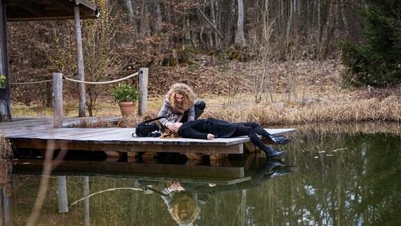 Maja (Christina Arends, h.) findet die bewusstlose Ariane (Viola Wedekind, v.).