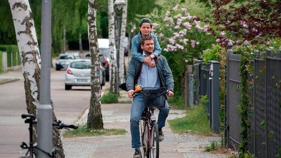 Martin (Steve Windolf) fährt Eddie (Fillin Mayer) zu Lisa und Patrick.