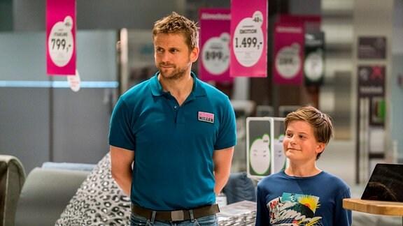 Von links: Martin (Steve Windolf) nimmt Eddie (Fillin Mayer) mit zur Arbeit.