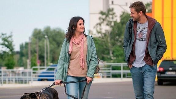 Martin (Steve Windolf) trifft Tessa (Maxine Kazis) vor dem Möbelhaus.