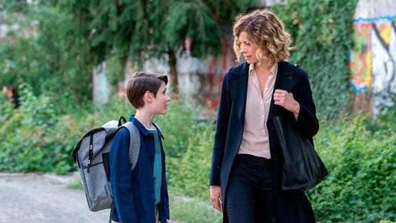 William (Levis Kachel) fragt Katja (Anna Schäfer), ob sie nicht zusammen mit Hendrik ins Kino gehen können.