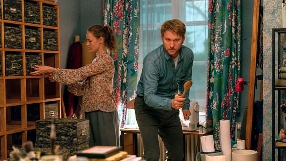 Lisa (Inez B. David) und Patrick (Lucas Prisor) suchen die Schlange.