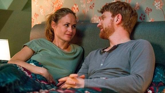 Lisa (Inez B. David) sagt Patrick (Lucas Prisor), dass sie ein Mädchen bekommen.