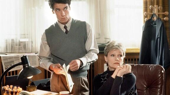 Kommissarin Vera Bilewski (Angelica Domröse) und ihr neuer Assistent Edwin Schoettle (Bernd Gnann) ermitteln wenig erfolgreich in einem Fall grausam abgeschlachteter Pferde.