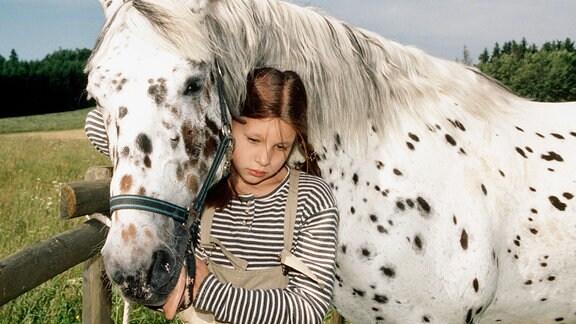Seitdem die 12-jährige Jasmin (Lisa Schmalbrock) mißbraucht wurde, spricht sie mit niemandem mehr. Nur zu ihrem Pferd hat sie eine innige Beziehung.