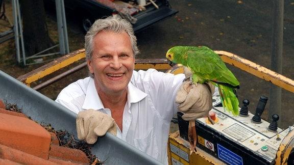 Der Nachbar Hans Baumann (Peter Sattmann) rettet Annegrets Papagei.