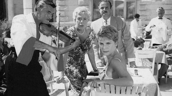 Tante Olga (Ursula Herking, 2. v. li.), ihr Gatte Otto (Hans Nielsen, hinten) und ihre Nichte Pia (Susanna Cramer, vorner) staunen nicht schlecht, als sie Fred in seinem Vagabunden-Outfit erblicken.