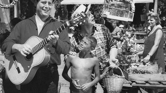 Beliebt bei groß und klein: Um zu Geld zu kommen, versuchen sich der Reporter Fred (Fred Bertelmann, li.) und der Unternehmer Vogelsang (Hans Nielsen) als musizierende Vagabunden.
