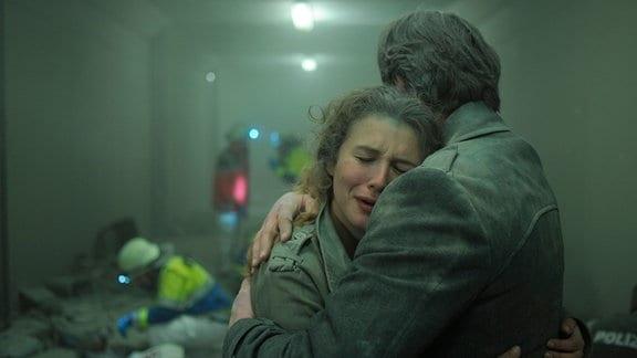 Kommissar Hanns von Meuffels (Matthias Brandt) und Anna Burnhauser (Anna Maria Sturm) überleben das Bombenattentat in einer Fußgängerunterführung.