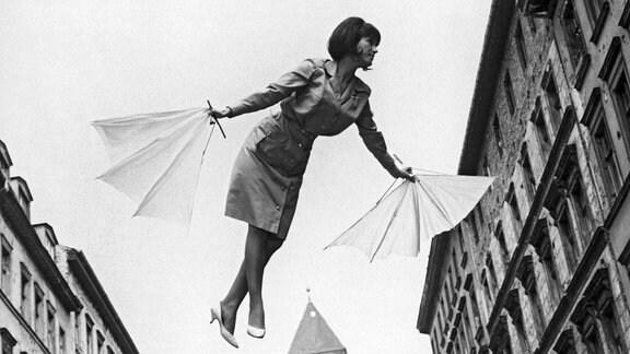 Die 17-jährige Helene Raupe (Melania Jakubisková) träumt davon, fliegen zu können.