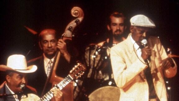 Von links: Eliades Ochoa (Gitarre), Orlando Lopez (Bass), Joachim Cooder (Schlagzeug) und Ibrahim Ferrer (Gesang).