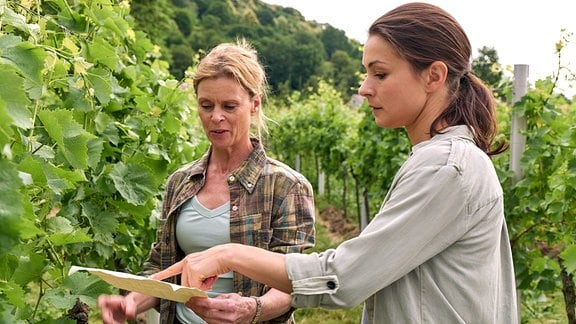 Anne (Henriette Richter-Röhl, re.) konfrontiert ihre Mutter Käthe (Leslie Malton) mit Ungereimtheiten in der Betriebsführung.
