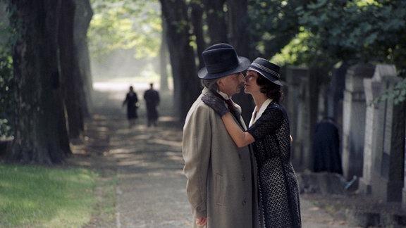 Talivaldis Abolins (Albert Einstein) (li), Renate Blume (Tabea Mandel) (re)