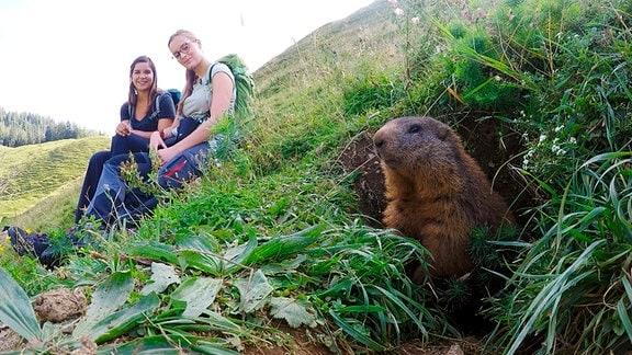 Bei einer Wanderung macht Anna Bekanntschaft mit Naturforscherin Steffi (rechts). Sie möchte die Murmeltiere in den Bayerischen Alpen zählen.