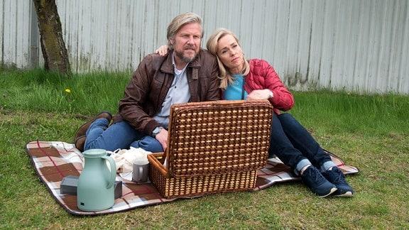 Mona (Jana Hora-Goosmann, r.) macht sich Sorgen, um Jens' (Martin Luding, l.) Gemütszustand.