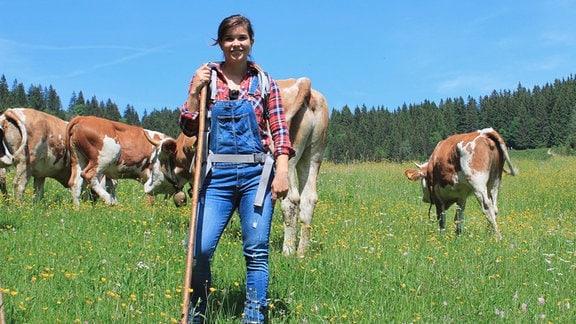 Anna verbringt einen Sommer auf der Alm von Sennerin Kati und hilft ihr bei der Arbeit. Die Saison beginnt mit dem Almauftrieb der Kühe.