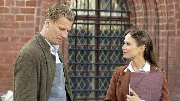Alexander (Michael von Au) wird von der verbitterten Partei-Funktionärin Elisabeth (Nadeshda Brennicke) schikaniert.