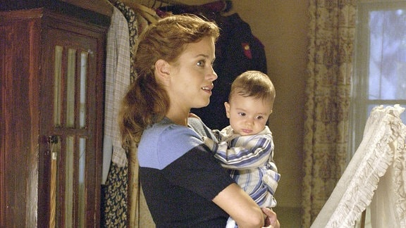 Allein erziehende Mutter: Barbara (Muriel Baumeister) mit ihrem unehelichen Sohn Konstantin.