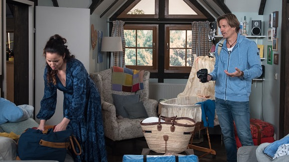Der Start in den ersehnten Familienausflug gestaltet sich für Tina (Katja Frenzel, l.) und Ben (Hakim Michael Meziani, r.) eher stressig.
