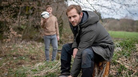 Max (Stefan Hartmann, l.) ermutigt Florian (Arne Löber, r.), auf Shirin zuzugehen.