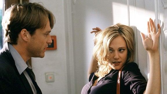 Die geheimnisvolle Marie (Eva Hassmann) hat so ihre Tricks, um Rechtsanwalt Paul (Pierre Besson) zu verführen.